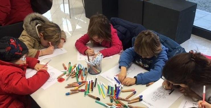 I bambini realizzano mosaici ispirandosi a Fernando Botero
